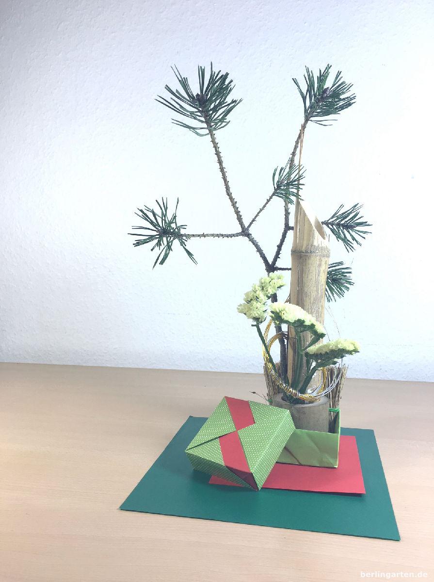 Ein ausdrucksstares Ikebana mit sehr markanter Kiefer
