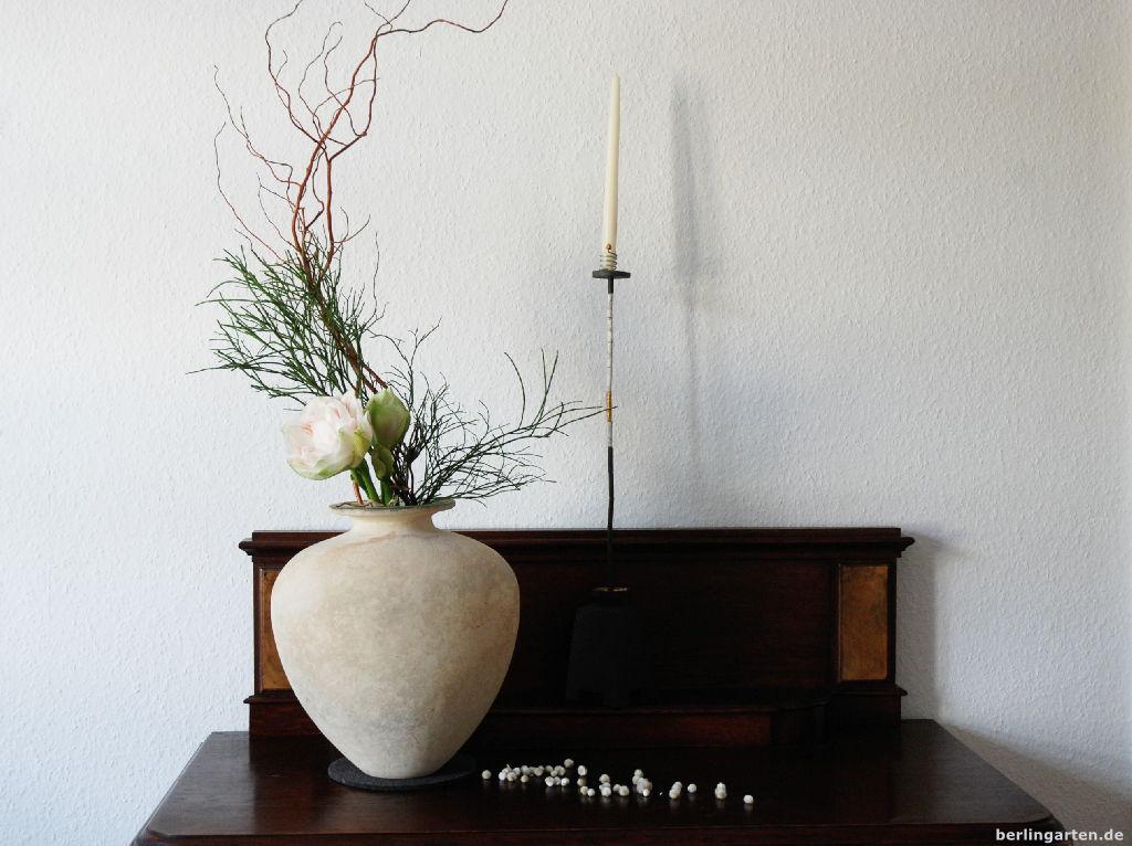 ikebana mit wei er amaryllis berlingarten. Black Bedroom Furniture Sets. Home Design Ideas