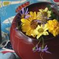 Spätsommerblumen in roter Kunst