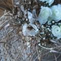 Weiße Ranunkeln mit Schleierkraut und trockenem Material aus dem Garten
