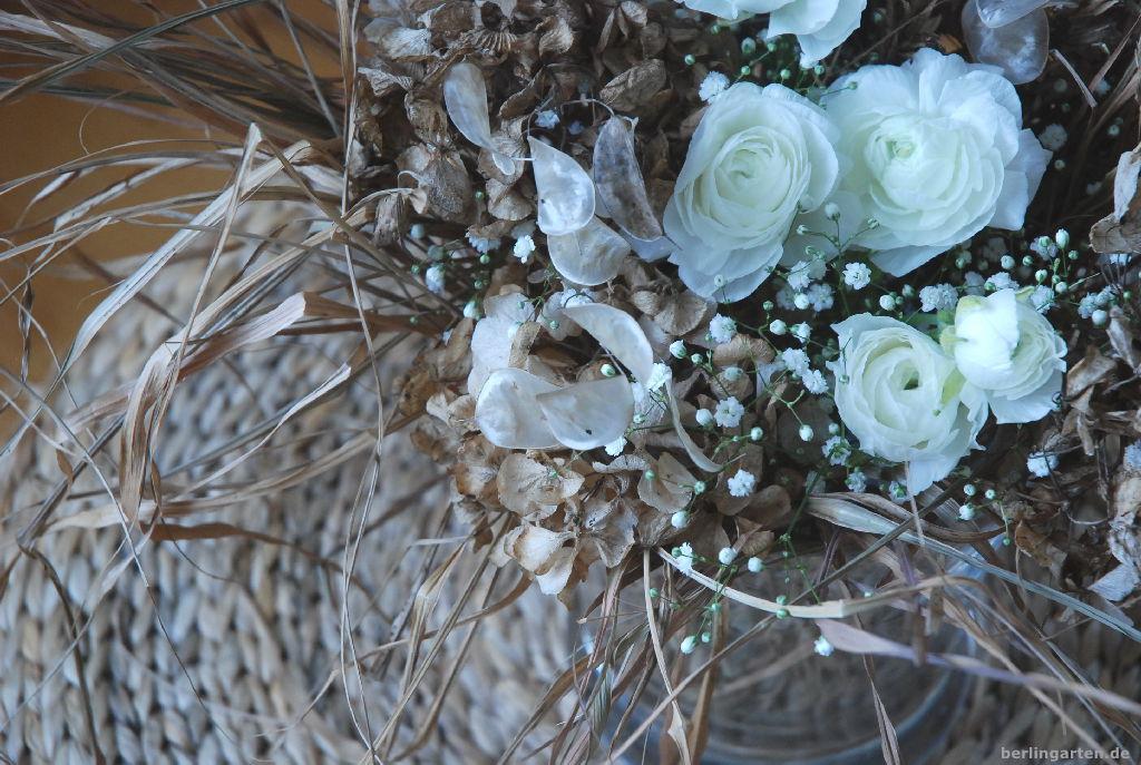 natur in der vase mit ranunkeln und trockenen gr sern. Black Bedroom Furniture Sets. Home Design Ideas