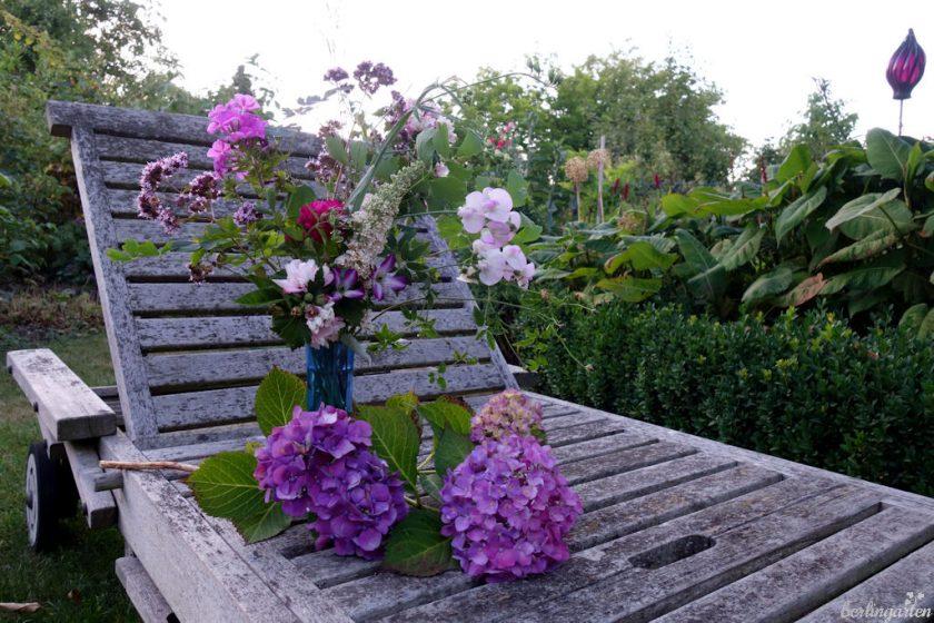 Ein Blumenstrauß aus Rose, Phlox, Wicke, Dost, Malve