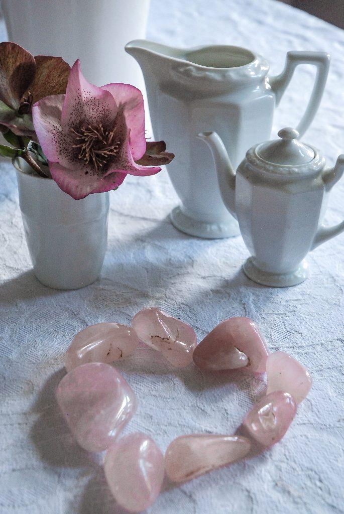 Ein nachhaltiges Herz ist das aus gelegten Rosenquarzen