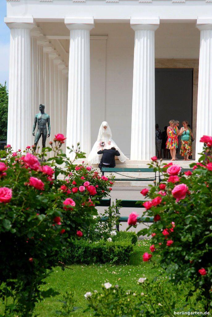 Hochzeitspaar vor Theseustempel