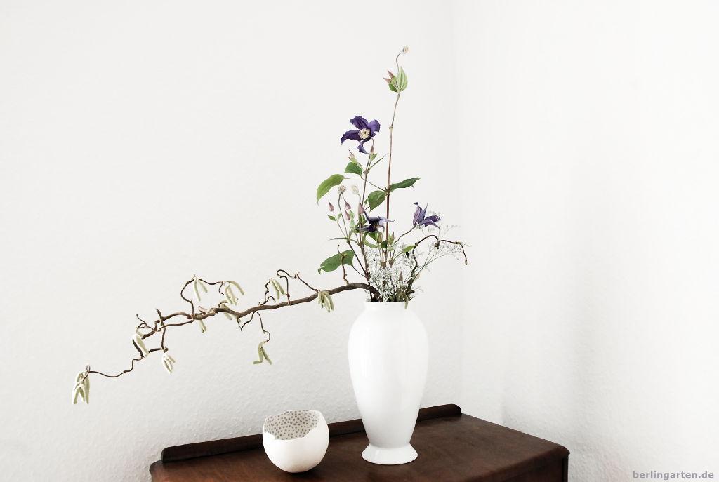 Ikebana mit Clematis zu Hause