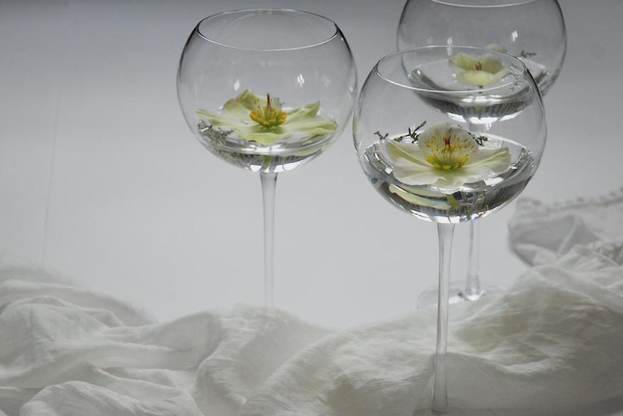 Bauchige Burgundergläser eignen sich besonders zur Präsentation von Blüten