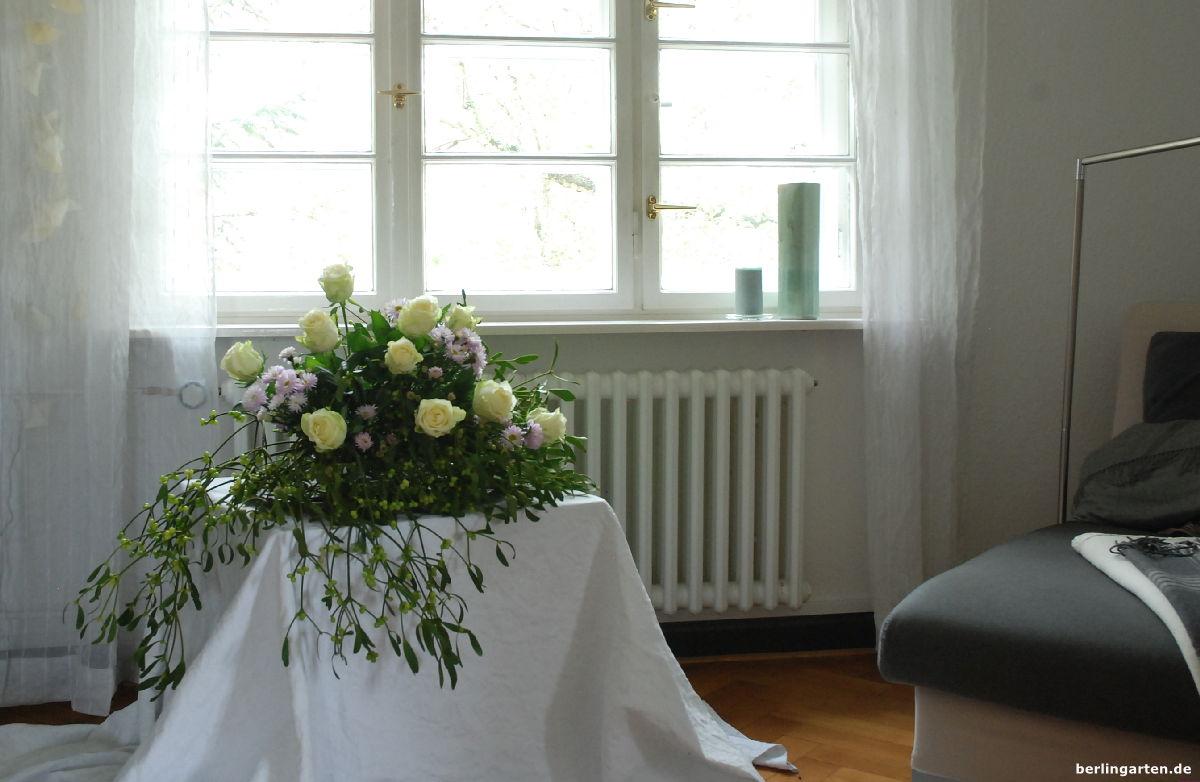 Gesteck aus Misteln, Rosen, Astern