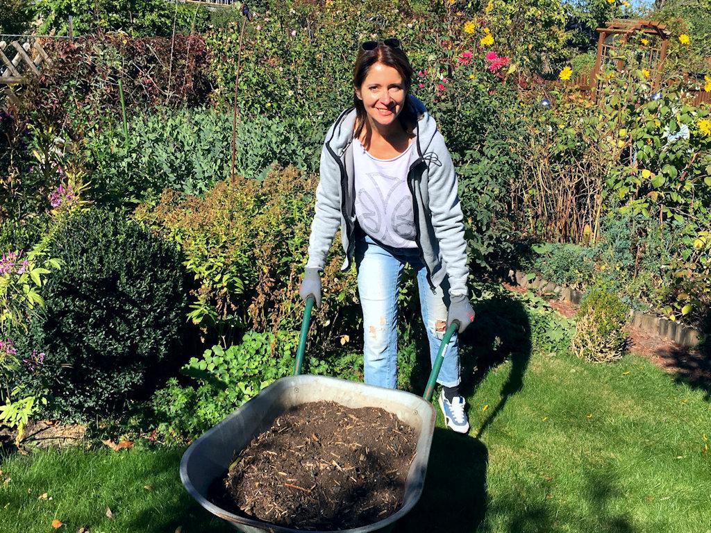 Der ganze Garten bekommt eine Ladung Kompost