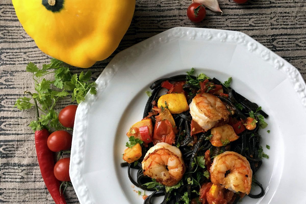 Rezept Zucchini mit schwarzer Pasta, Tomaten und Scampi