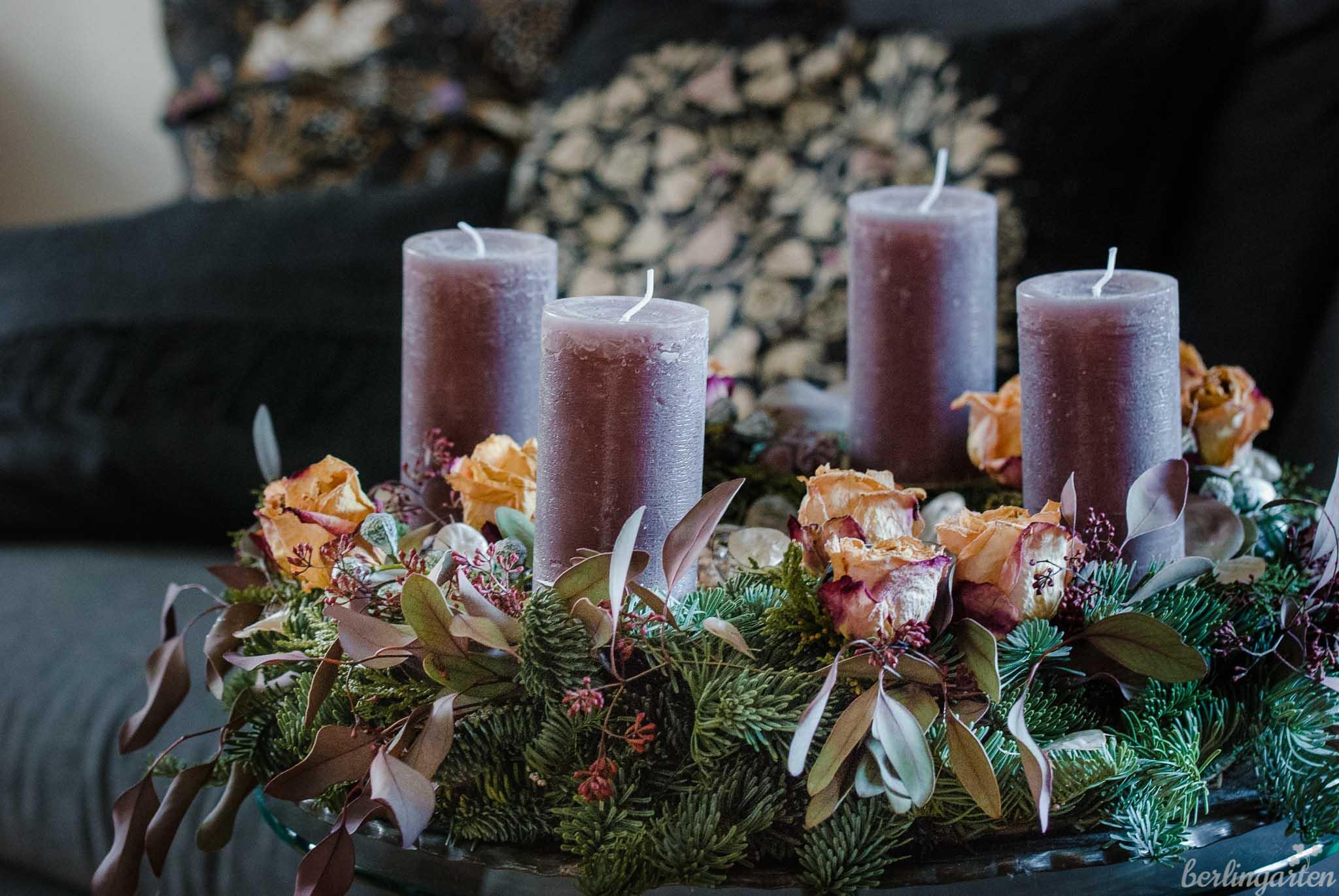 Adventskranz mit Eukalyptus und Rosen